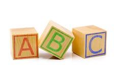 Las letras de ABC en tres cubos de madera marrones se alinearon Foto de archivo libre de regalías