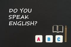 Las letras de ABC y miniatura del conglomerado en la pizarra con el texto usted habla inglés Imagenes de archivo