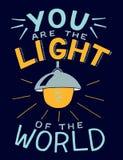 Las letras de la mano con verso de la biblia usted es la luz del mundo, hecha con la bombilla que brilla intensamente fotos de archivo libres de regalías