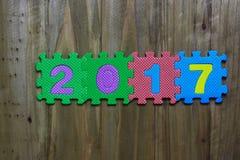 Las letras de molde y numeran 2017 con el fondo de madera Foto de archivo