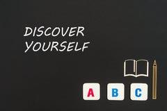 Las letras del ABC y la miniatura del conglomerado en la pizarra con el texto se descubren Foto de archivo libre de regalías