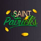 Las letras elegantes de St Patrick con las monedas de oro adornaron textura negra ilustración del vector