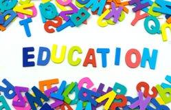 Las letras hechas de la madera contrachapada la educación de las palabras están en un b blanco Foto de archivo libre de regalías