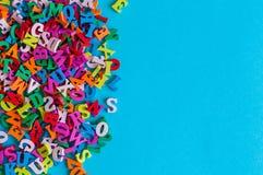 Las letras multicoloras del alfabeto del alfabeto inglés se alinean en fondo azul con el espacio vacío educación o Fotografía de archivo libre de regalías