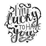 Las letras románticas soy afortunado tenerle Las impresiones en las camisetas, bolsos, tarjetas ahorran las postales de la fecha Fotos de archivo