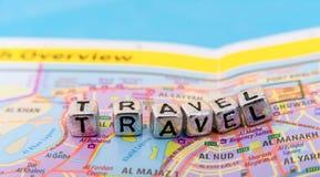 Las letras viajan en el mapa fotografía de archivo libre de regalías