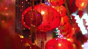 Las linternas chinas del Año Nuevo en Chinatown, medio del texto tienen riqueza y feliz almacen de video