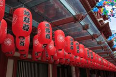 Las linternas chinas rojas adornan alrededor de los temporeros de la reliquia del diente de Buda Imagen de archivo
