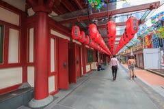 Las linternas chinas rojas adornan alrededor de los temporeros de la reliquia del diente de Buda Imágenes de archivo libres de regalías