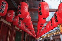 Las linternas chinas rojas adornan alrededor de los temporeros de la reliquia del diente de Buda Foto de archivo