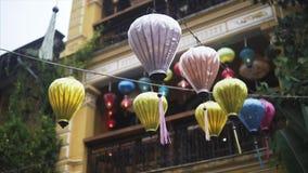 Las linternas coloridas separaron la luz en la calle vieja de Hoi An Ancient Town - sitio del patrimonio mundial de la UNESCO Vie almacen de video