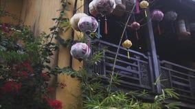 Las linternas coloridas separaron la luz en la calle vieja de Hoi An Ancient Town - sitio del patrimonio mundial de la UNESCO Vie metrajes