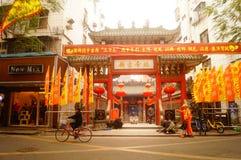 Las linternas de la ejecución de Xixiang Pak Tai Temple y las banderas coloridas, alistan para realizar la celebración Fotografía de archivo libre de regalías