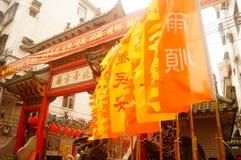 Las linternas de la ejecución de Xixiang Pak Tai Temple y las banderas coloridas, alistan para realizar la celebración Imagen de archivo libre de regalías
