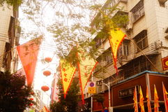 Las linternas de la ejecución de Xixiang Pak Tai Temple y las banderas coloridas, alistan para realizar la celebración Fotografía de archivo