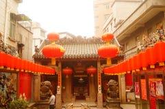 Las linternas de la ejecución de Xixiang Pak Tai Temple y las banderas coloridas, alistan para realizar la celebración Foto de archivo libre de regalías