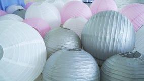 Las linternas de papel grises rosadas blancas coloridas fijaron en piso Fotografía de archivo libre de regalías