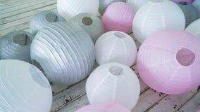 Las linternas de papel grises rosadas blancas coloridas fijaron en piso Imagen de archivo