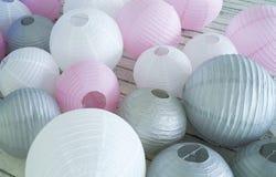 Las linternas de papel grises rosadas blancas coloridas fijaron en piso Fotos de archivo libres de regalías