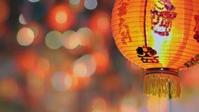 Las linternas del Año Nuevo en medio del texto de Chinatown tienen riqueza y felices chinos almacen de metraje de vídeo