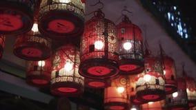 Las linternas rojas coloridas separaron la luz en la calle vieja de Hoi An Ancient Town en la noche - patrimonio mundial de la UN metrajes