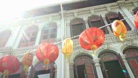 Las linternas rojas cuelgan en la calle en el distrito de Chinatown en Singapur, Singapur almacen de video