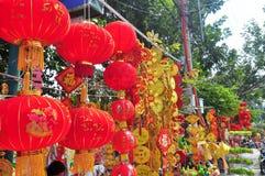 Las linternas rojas y los artículos afortunados están para la venta en el Año Nuevo lunar en la calle de Vietnam Fotos de archivo