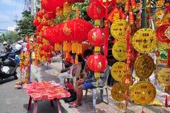 Las linternas rojas y los artículos afortunados están para la venta en el Año Nuevo lunar en la calle de Vietnam Fotografía de archivo libre de regalías