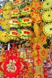 Las linternas rojas y los artículos afortunados están para la venta en el Año Nuevo lunar en la calle de Vietnam Imagen de archivo libre de regalías