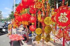 Las linternas rojas y los artículos afortunados están para la venta en el Año Nuevo lunar en la calle de Vietnam Imagen de archivo