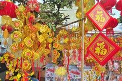 Las linternas rojas y los artículos afortunados están para la venta en el Año Nuevo lunar en la calle de Vietnam Imágenes de archivo libres de regalías