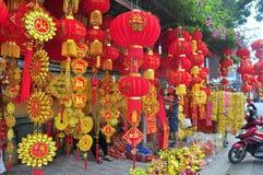 Las linternas rojas y los artículos afortunados están para la venta en el Año Nuevo lunar en la calle de Vietnam Foto de archivo