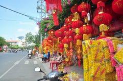 Las linternas rojas y los artículos afortunados están para la venta en el Año Nuevo lunar en la calle de Vietnam Fotos de archivo libres de regalías