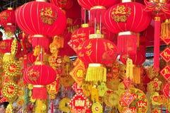 Las linternas rojas y los artículos afortunados están para la venta en el Año Nuevo lunar en la calle de Vietnam Fotografía de archivo
