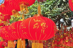 Las linternas rojas y los artículos afortunados están para la venta en el Año Nuevo lunar en la calle de Vietnam Imagenes de archivo