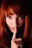 Las llamadas de la muchacha para el silencio Fotografía de archivo libre de regalías