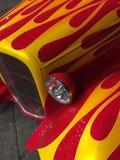 Las llamas clásicas del coche se cierran para arriba imágenes de archivo libres de regalías