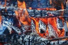 Las llamas del fuego ardiente fotos de archivo libres de regalías