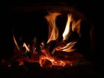 Las llamas del fuego en la chimenea Fotos de archivo