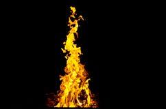 Las llamas encendieron el fuego, calentando su calor en tiempo frío Reglas de cría segura del fuego foto de archivo libre de regalías
