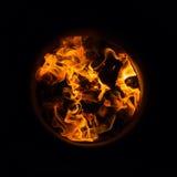 Las llamas que queman en roble barrels para encender su lado interno Fotos de archivo libres de regalías