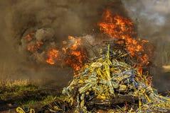 Las llamas y el humo en un manojo de alambre de cobre Imagen de archivo