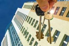 Las llaves al apartamento en el fondo del nuevos hogares residenciales Imagenes de archivo