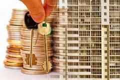 Las llaves al apartamento en un fondo del dinero y de las casas fotos de archivo