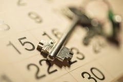 Las llaves al apartamento, y calendario Imágenes de archivo libres de regalías