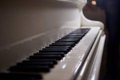 Las llaves blancas del piano Fotografía de archivo