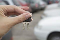 Las llaves del coche en el fondo del lo del estacionamiento Fotografía de archivo libre de regalías