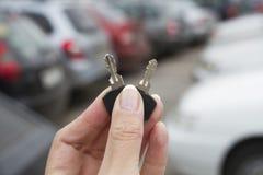 Las llaves del coche en el fondo del lo del estacionamiento Fotos de archivo libres de regalías