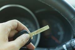 Las llaves del coche en el fondo del timón y del interior Imagen de archivo