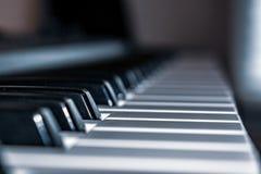 Las llaves del piano del teclado para arriba se cierran fotografía de archivo